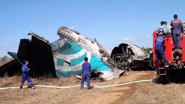 airliner crash lands