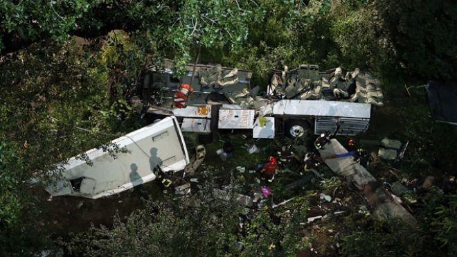 italian-tour-bus-crash-ravine